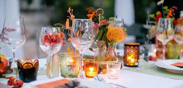 Hochzeitsdeko mit Kerzen, Sonnenblumen und Tischläufer