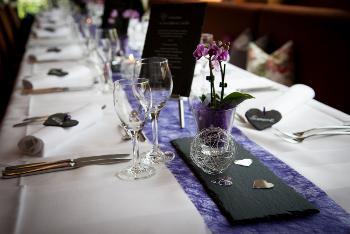Verkaufe tischdekoration lila wei mit schiefer for Schiefer deko
